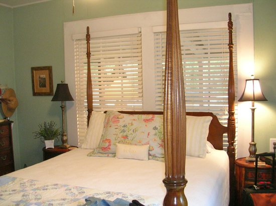 The Old Carrabelle Hotel: Front bedroom