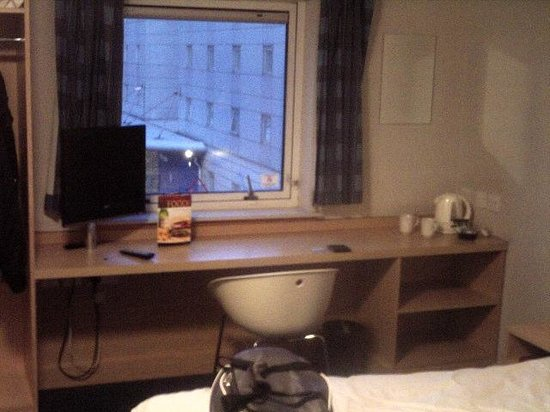 Travelodge London Docklands: room table