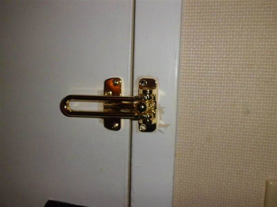 Sheraton Suites Philadelphia Airport: Swinging latch had just one screw.