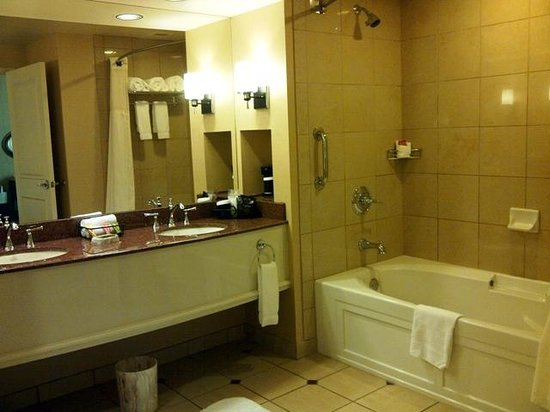 Sam's Town Hotel and Casino Shreveport: Sams Town Shreveport Magnolia Suite Bathroom