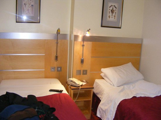 BEST WESTERN Victoria Palace: Two beds, unexpectedly. More room to spread out.