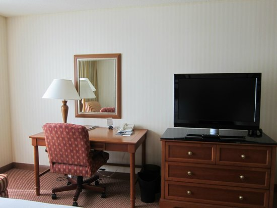 Hilton Portland &amp; Executive Tower: Desk and television