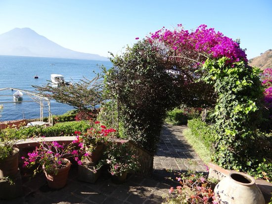 Hotel Atitlan: grounds