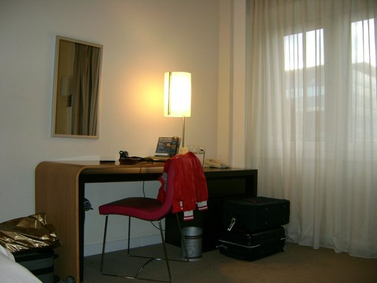 Novotel London West: Scrivania con carta e telefono