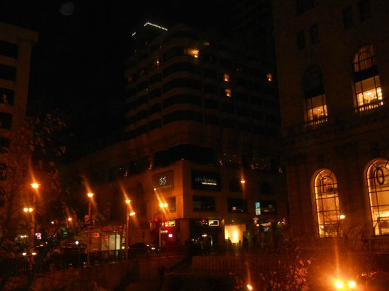Parc 55 Wyndham: View of hotel at night from the street
