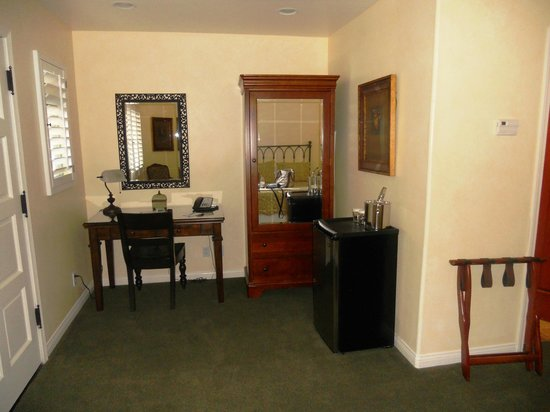 Castillo Inn at the Beach: Desk, wardrobe and fridge