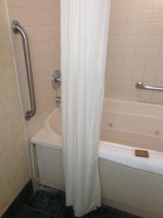BEST WESTERN PLUS InnSuites Ontario Airport E Hotel & Suites: broken tub (hazard??)