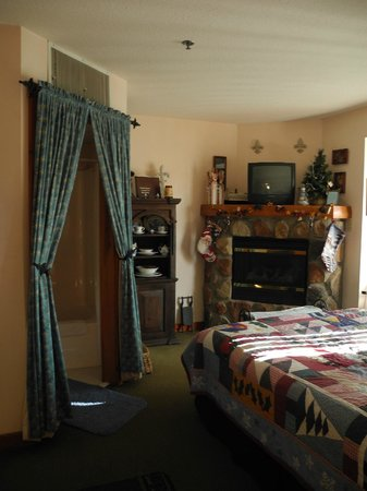 Lodge at Grant's Trail by Orlando's: A typical room-bathroom enclosed by beautiful drapes.