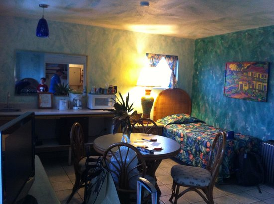 Garden Island Inn: Half of Room 16