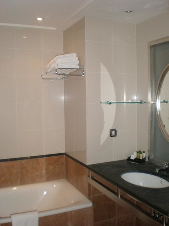 The Courthouse Doubletree by Hilton: Salle de bain