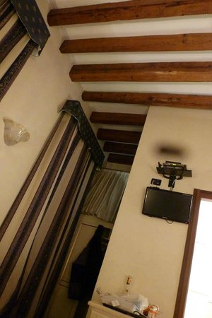 Ca' Doge: Heavy drapes and ceiling beams in the room