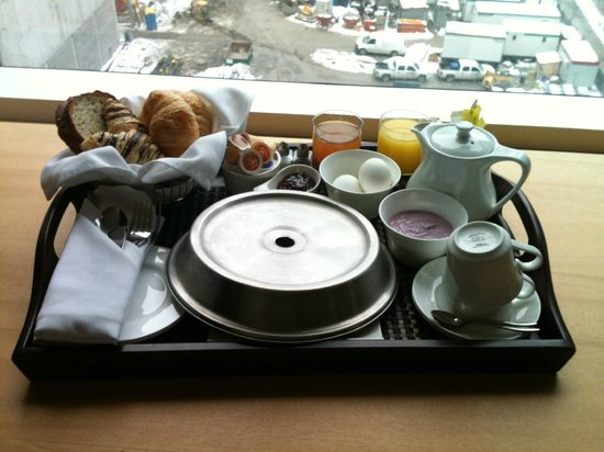 Hotel Le Germain Maple Leaf Square: Breakfast, in BED!