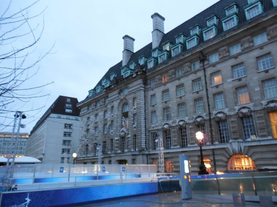 Premier Inn London County Hall: skating rink right in front of the hotel