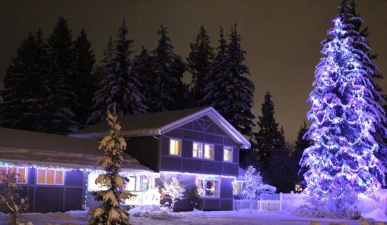 Alpenrose Revelstoke Bed and Breakfast: Snowy View Front Entrance