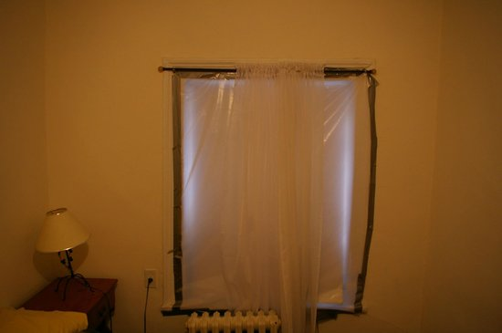 Guest House Off Park: Bedroom window blacked out with plastic and duct tape