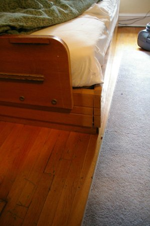 Guest House Off Park: Cracked corners of the single bed frame