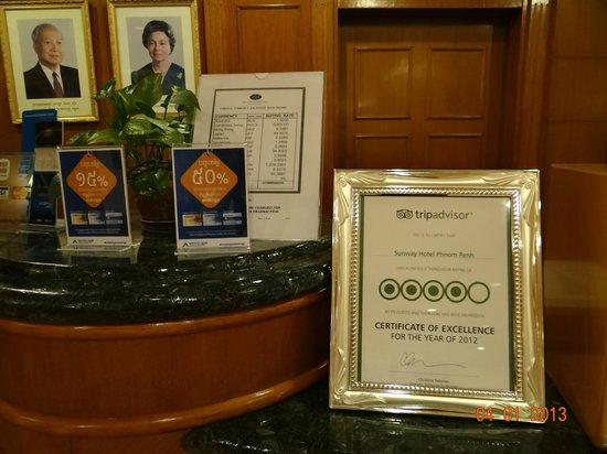 Sunway Hotel Phnom Penh: Reception con Certificate of Excellence 2012 by Tripadvisor