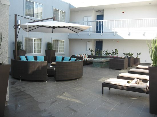 The  Inn at Marina del Rey: Courtyard on Second Floor