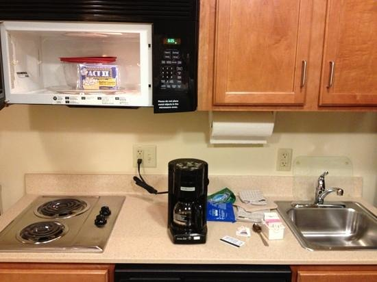 Candlewood Suites Springfield: kitchen with popcorn waiting!