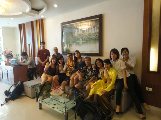 Hanoi Holiday Diamond Hotel: Everyone in the lobby on our last day in Hanoi