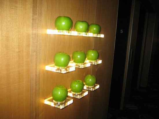 Hotel Le Germain Maple Leaf Square: Real apples, wash and eat!
