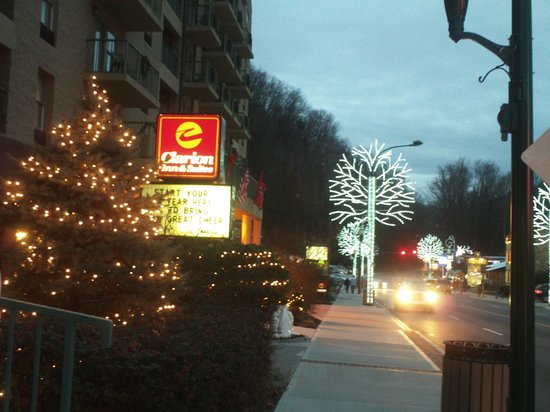 Clarion Inn & Suites: Front of Inn and street view winterfest.