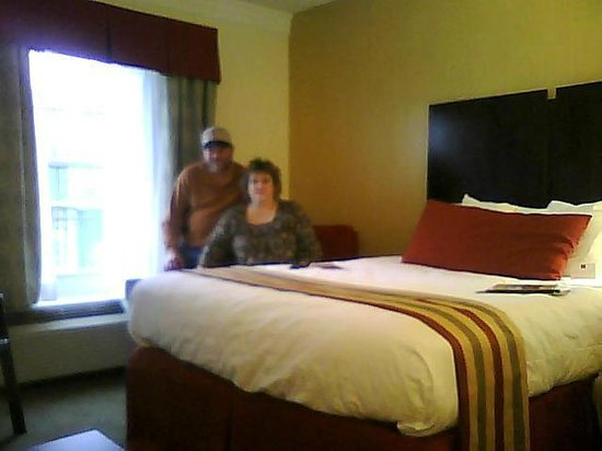 Clarion Inn &amp; Suites: Queen room