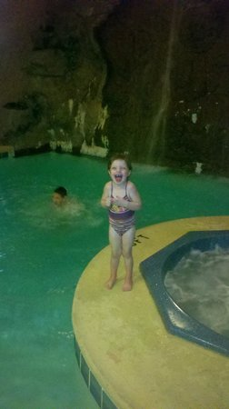 Zoders Inn & Suites: Naughty pushing brother in!