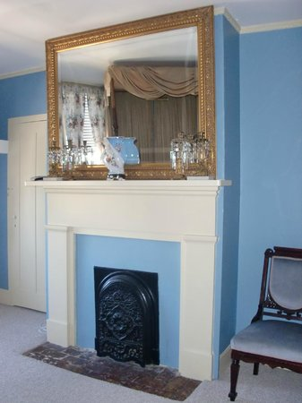 Historic Oak Hill Inn: fireplace and antique mirror