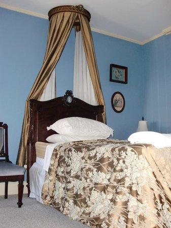 Historic Oak Hill Inn: bedroom