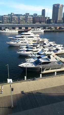 Grand Mercure Docklands: Yachts moored outside