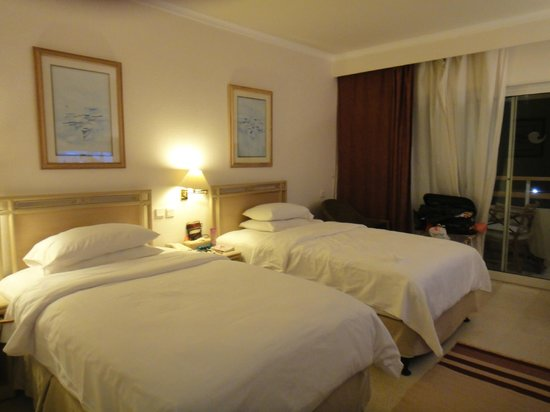 Hilton Hurghada Plaza: Plain looking room