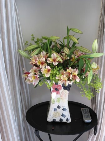 L'Abri: Fresh flowers in the room