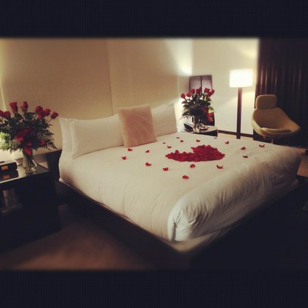 Hotel Sorella CITYCENTRE: our romantically decorated bed