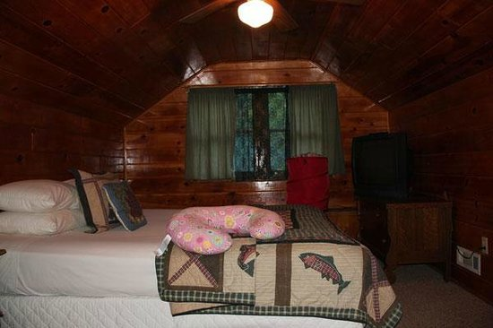 Sleepy Forest Cottages: Queen Bedroom