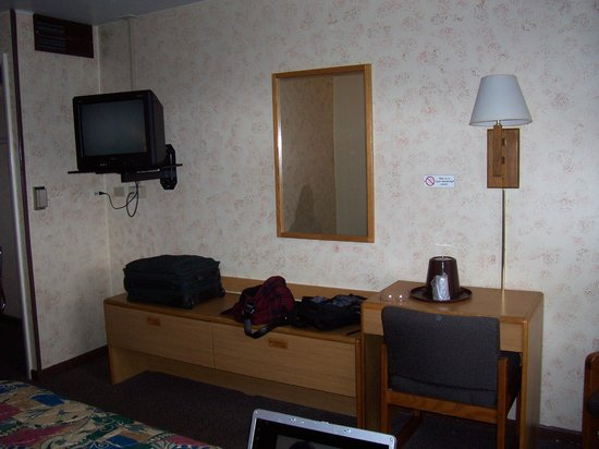 Heart O&#39; Chicago Motel: King room - dresser, desk, cable TV, chair in corner