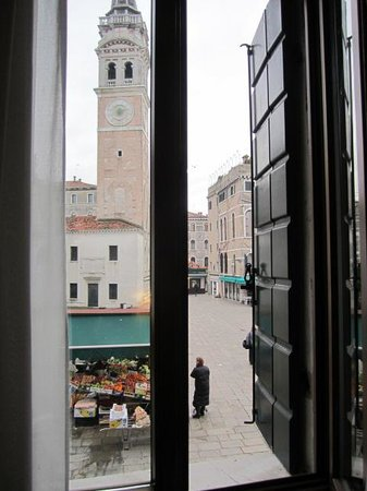 Hotel Scandinavia: View from our room onto the Piazza S. Maria Formosa