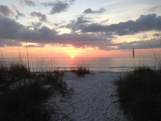 Queen's Gate Resort: Sunset on Anna Maria Island