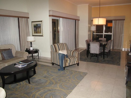 Dubai Marriott Harbour Hotel & Suites: sitting room with dining area