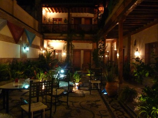 Abadia Hotel Granada: Patio at night