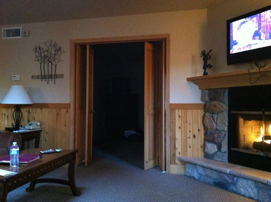 Mount Shasta Resort: Looking at door to bedroom from living area