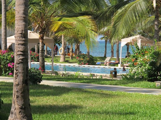 Baraza Resort & Spa: Pool with sea in background
