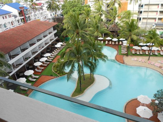 Patong Beach Hotel: POOL VIEW FROM ROOM