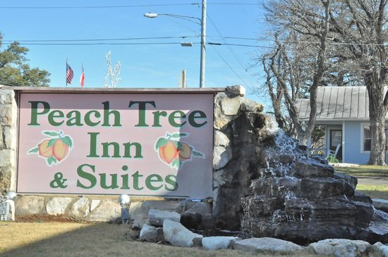 Peach Tree Inn & Suites: Welcoming sign