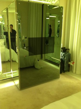 Palazzina G: The TV incrusted in the mirror