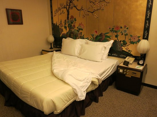 Regal Oriental Hotel: Bed