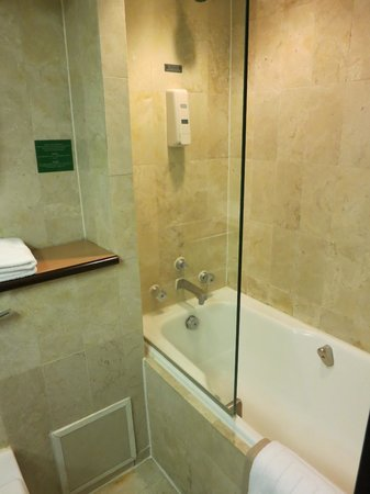 Regal Oriental Hotel: Bathroom