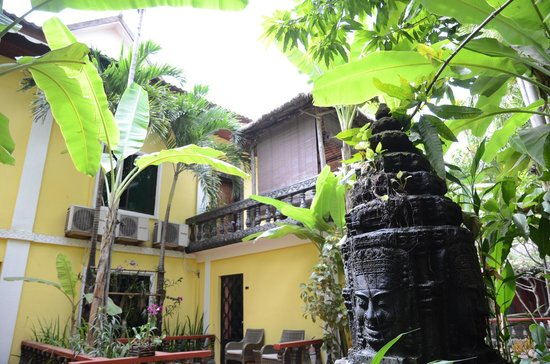 Bopha Angkor Hotel & Restaurant: Rooms are worn down. Hotel is overpriced compared to other hotels in Siem Reap.