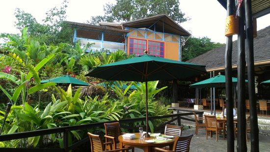 Nayara Hotel, Spa & Gardens: A view of the patio outside of the restaurant and above the building that holds the sushi bar.