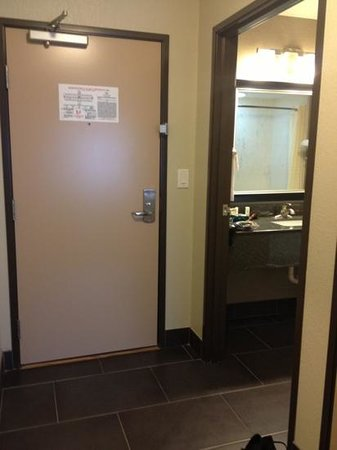 Comfort Inn & Suites I-10 Airport: foyer area and bathroom have a good tile